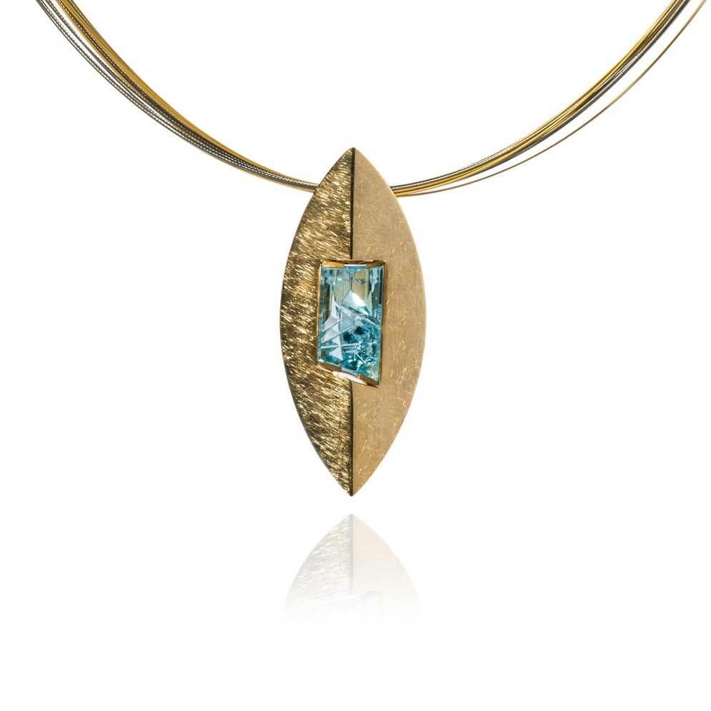 Ovaler Kettenanhänger mit blauem Topas-Stein
