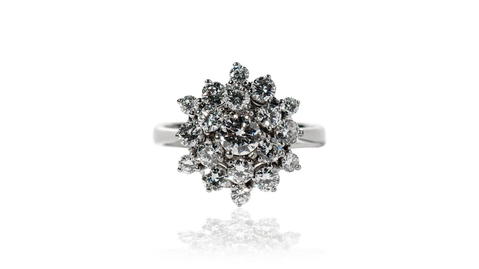 Ein Ring mit Brillianten in Blumenform