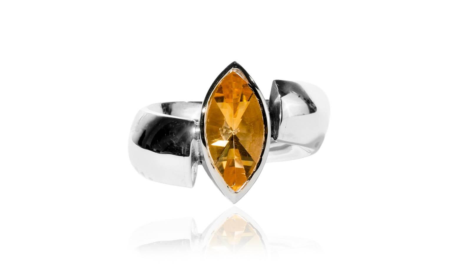 Ein Ring mit einer orangen Navette